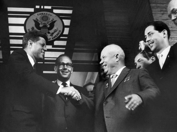La coexistence pacifique (1956-1962). dans guerre froide / relations internationales