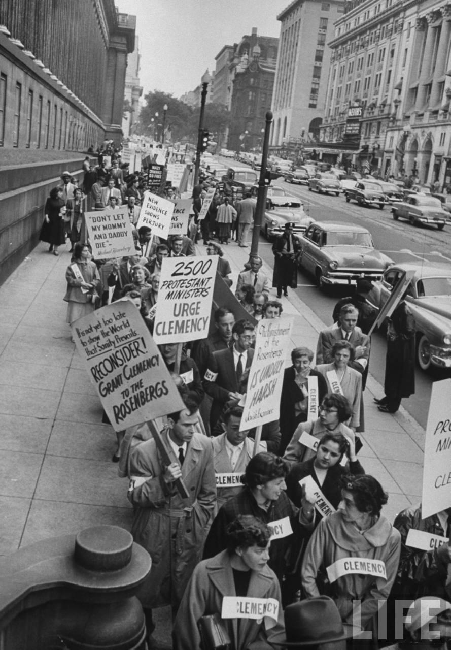 Manifestación de simpatizantes con la causa del matrimonio Rosenberg, en Washington D.C.