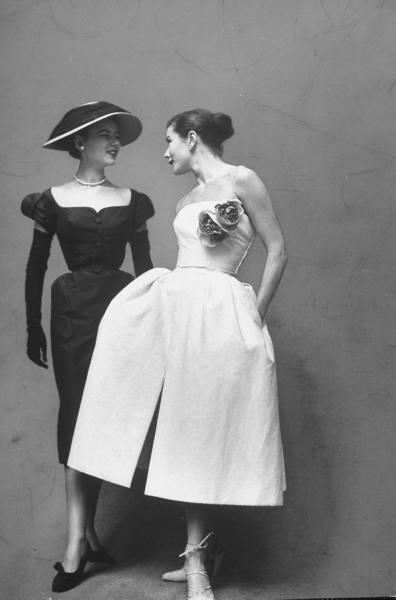Deux modèles habillées en robes par Dior a un défilé de mode (Gordon Parks).