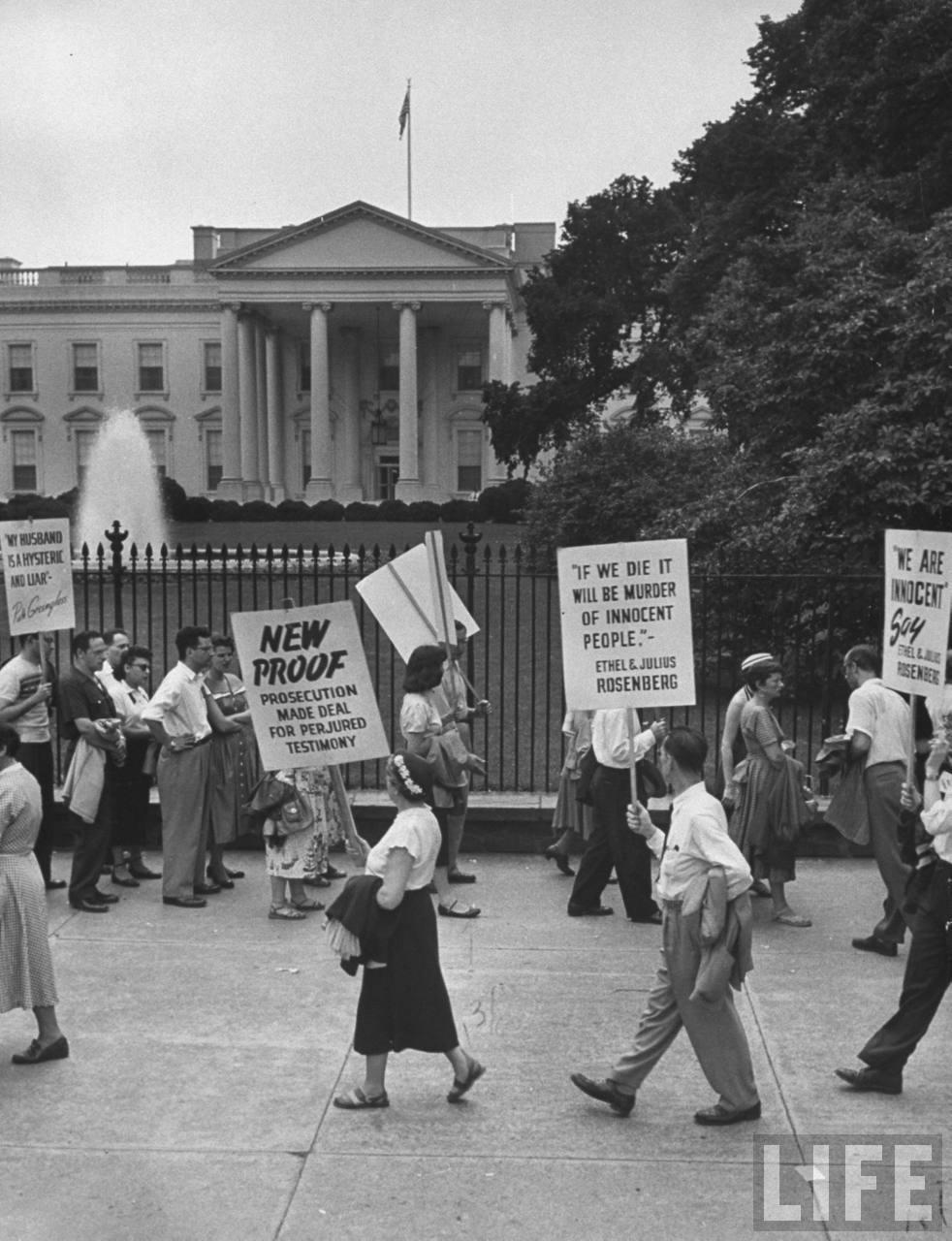 Manifestación por el matrimonio Rosenberg, ante la Casa Blanca.