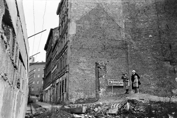 13 août 1961: construction du Mur de Berlin. dans guerre froide / relations internationales