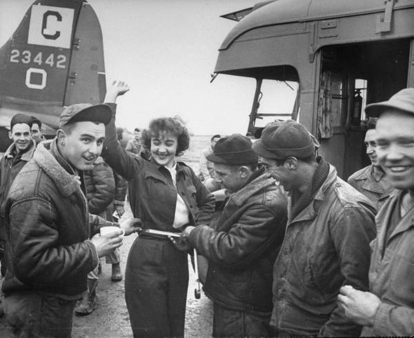 [Forces armées US au Royaume Uni] American Red cross Clubmobile - Bob Landry E608fff41d4dbc28_landing