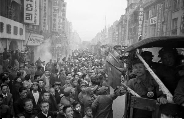 1954年朝鮮戰爭反共義抵達台灣萬人空巷的迎接場面。(照片取自LIFE)