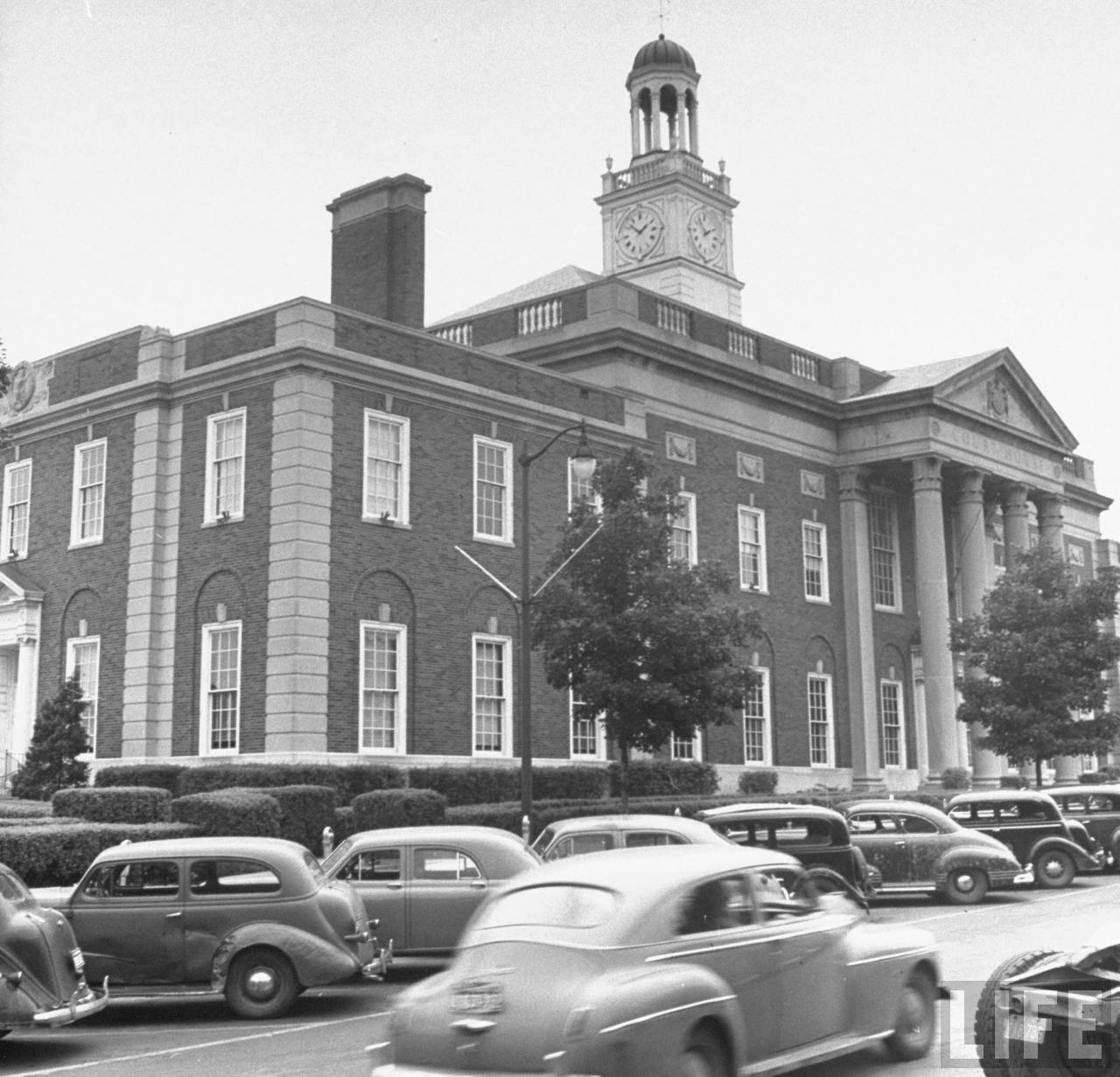 Cars crowding the parking lot in front of the courthouse. Independence, MO, US