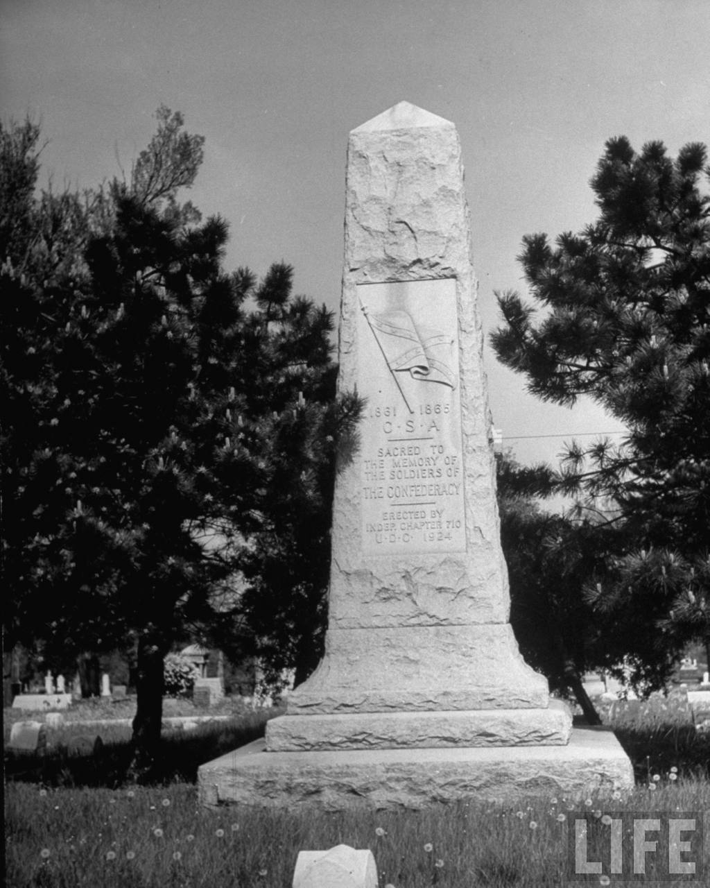 Confederate monument with Stars and Bars dedicated to the memory of the soldiers of the Confederacy, in Woodlawn Cemetery (from photo essay re Harry Truman's Missouri).